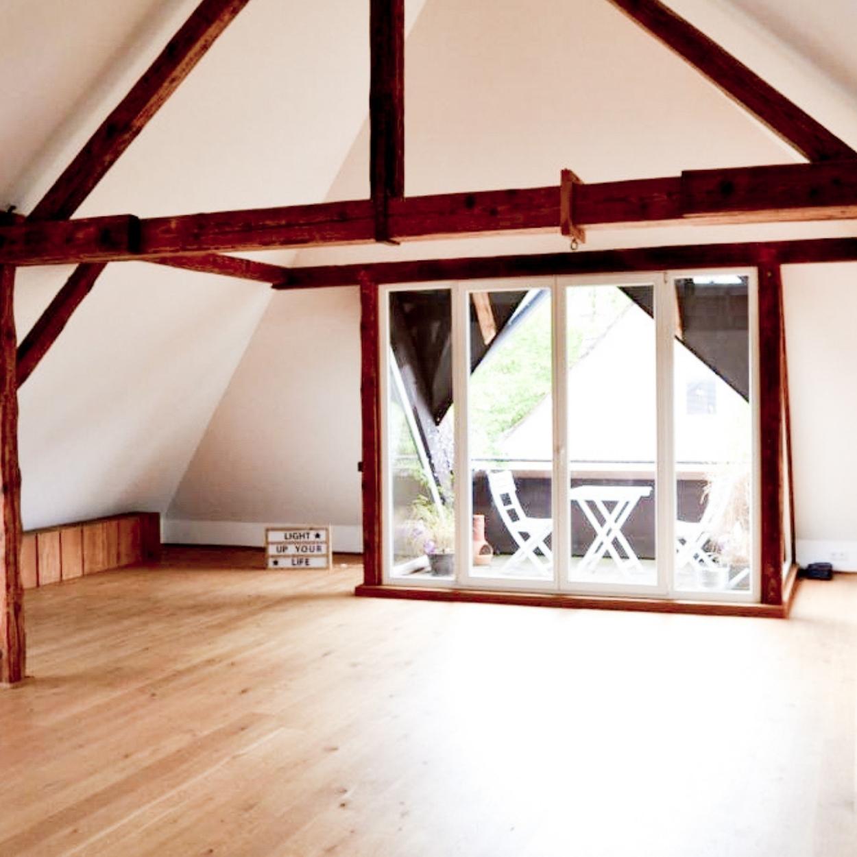 Yoga in Bielefeld - Lichtdurchflutete Räume in der Villa am Ostpark mit Parkett